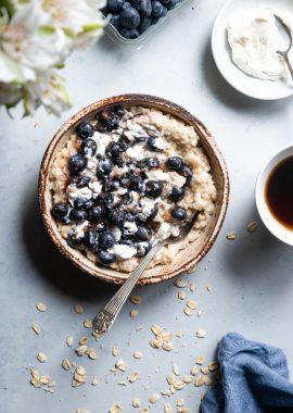Blueberry Cheesecake Oatmeal - Thisquick and easy Blueberry Oatmeal with Cheesecake Swirlis a healthy, low fat and gluten free breakfast that tastes like waking up to cheesecake! | #Foodfaithfitness |