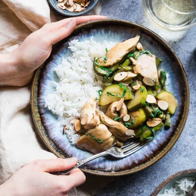 Easy Honey Mustard Chicken Skillet -This paleo friendly chicken skillet is quick, easy and healthy! It's kid-friendly, 30 minute meal that makes great leftovers and perfect for busy weeknights! | Foodfaithfitness.com | @FoodFaithFit
