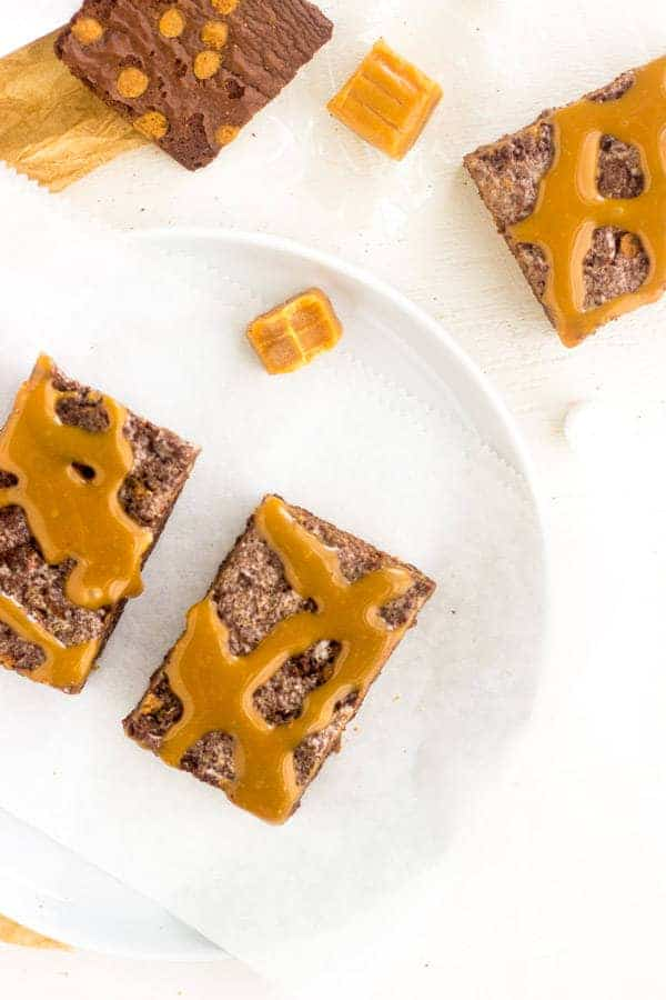 Caramel Brownie Brittle Marshmallow Treats - A fun twist on a classic that is SUPER easy and yummy!   Foodfaithfitness.com   #dessert #recipe #chocolate