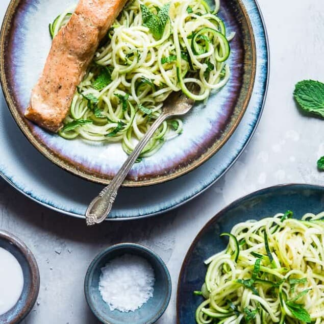 Whole30 Salmon Curry Zucchini Noodles - A SUPER easy, 5-ingredient, healthy meal that is paleo, gluten free, low carb and whole30 compliant! Perfect for busy weeknights! | #Foodfaithfitness | #Paleo #Lowcarb #Whole30 #Healthy #Keto