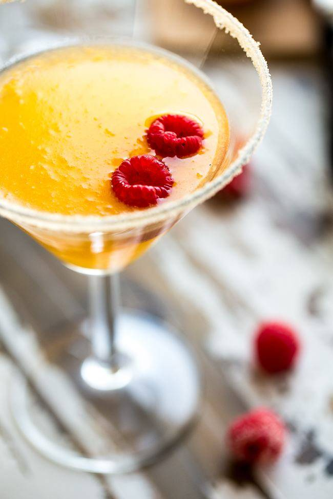 Skinny Raspberry Peach Martini - An easy, sugar free martini with only 150 calories! Perfect for summer entertaining! | Foodfaithfitness.com | @FoodFaithFit