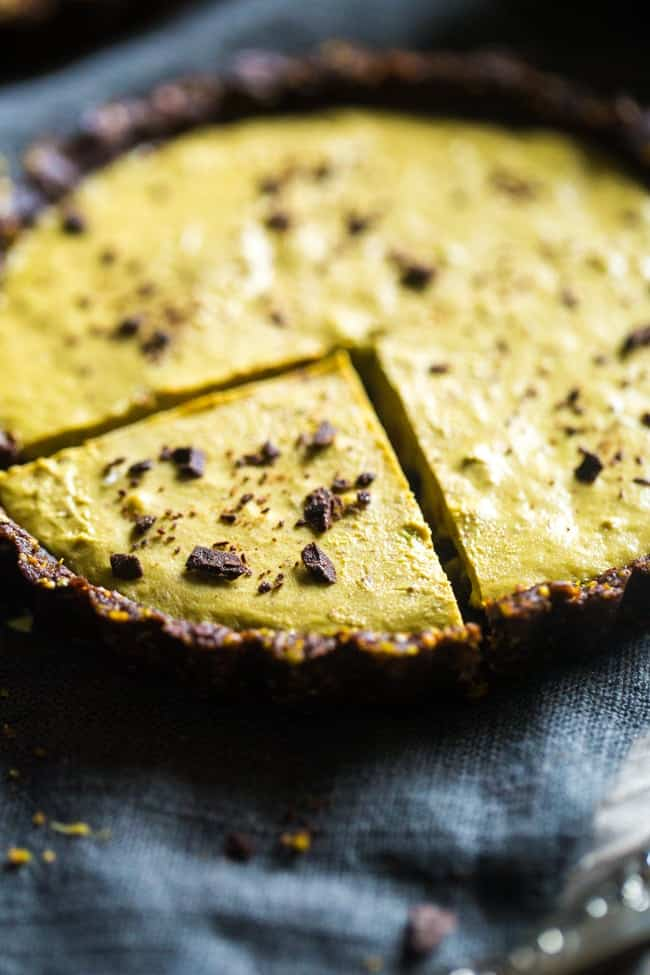 6 Ingredient Paleo and Vegan Raw Chocolate Pistachio Tarts - This vegan tart is made with only 6 ingredients! It's a healthy, gluten free and paleo dessert that is easy to make! Perfect for Christmas!   Foodfaithfitness.com   @FoodFaithFit