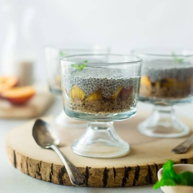 "Vegan ""Peaches n' Cream"" Quinoa Chia Pudding - This peach breakfast quinoa is layered with creamy chia pudding for a healthy, portable breakfast that is gluten free and will keep you full until lunch! 