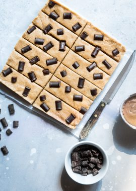No Bake Paleo Protein Bars -These easy, no-bake homemade paleo protein bars are only 7 ingredients and are healthy, gluten, grain and dairy free! Perfect for on-the-go snacking for adults or kids! | Foodfaithfitness.com | @FoodFaithFit