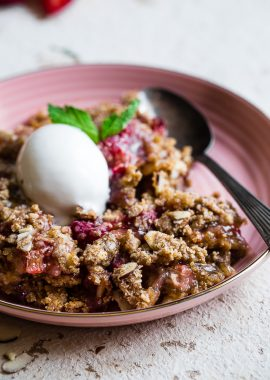 Easy Gluten Free Strawberry Rhubarb Crisp -This healthier Strawberry Rhubarb Crisp is a better for you dessert made with wholesome, simple ingredients! Dairy, gluten, grain free and paleo and vegan friendly too! | #Foodfaithfitness | #Vegan #Paleo #Glutenfree #Healthy #Dessert