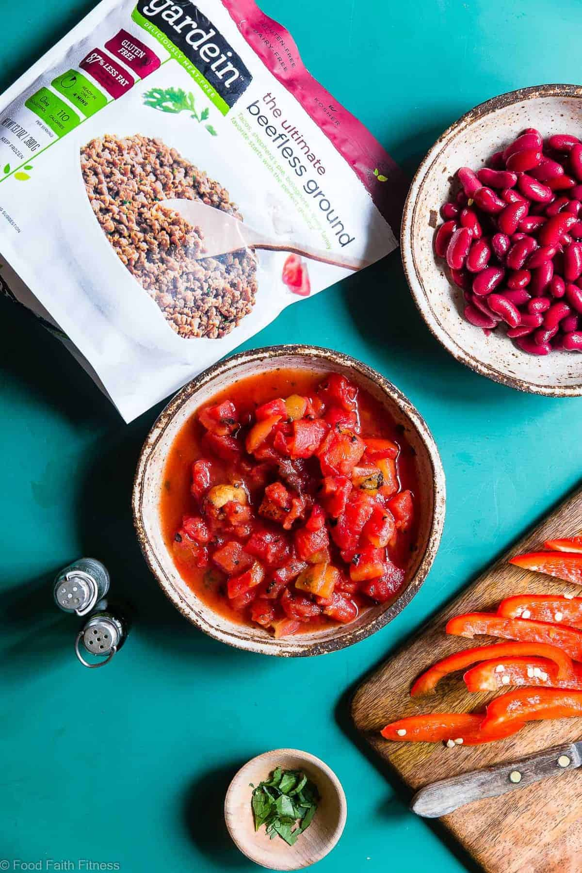 Instant Pot Meatless Easy Vegan Chili Recipe - You will NEVER believe that this is a vegetarian chili recipe! It's a healthy, gluten free weeknight meal that is ready in only 30 minutes! Even meat-eaters are going to LOVE this recipe! | #Foodfaithfitness | #Vegan #Vegetarian #Chili #Instantpot #healthy