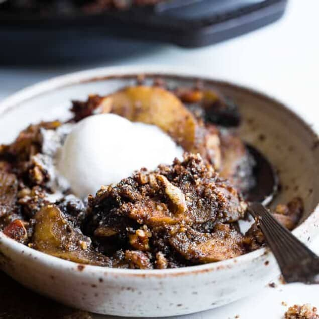 The BEST Paleo Vegan Apple Crisp - An EASY, cozy fall dessert made with simple, wholesome ingredients! Perfectly crispy, and spicy-sweet that you won't believe it's gluten free, dairy free and better for you! | #Foodfaithfitness | #Vegan #Paleo #Healthy #Glutenfree #Dairyfree