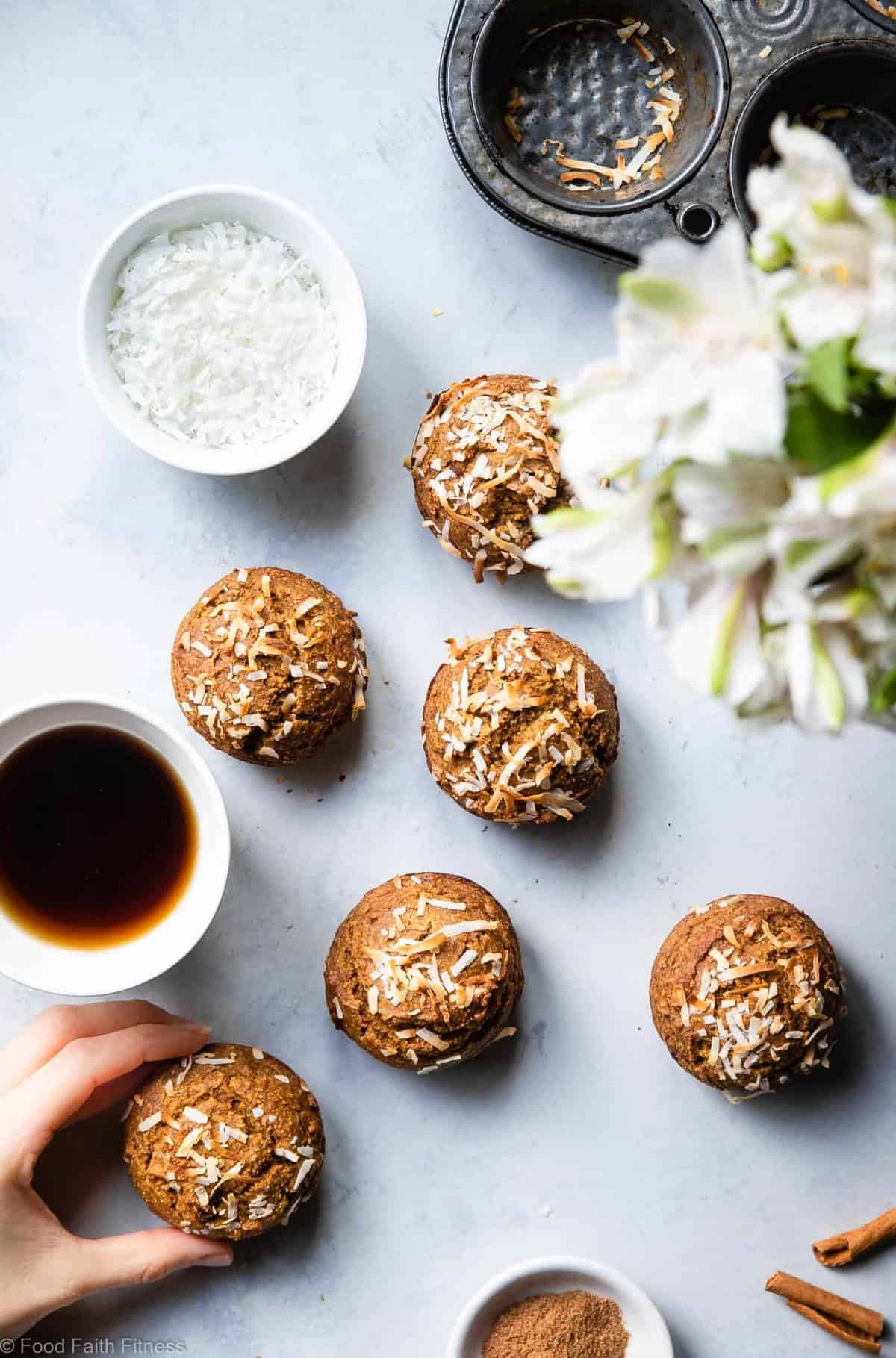 Sugar Free Gluten Free Oatmeal Carrot Muffins -These easy carrot muffins are naturally sweetened with dates andhave a surprise, spicy-sweet kick! SO light and fluffy! Gluten free, healthy and tasty! | #Foodfaithfitness |