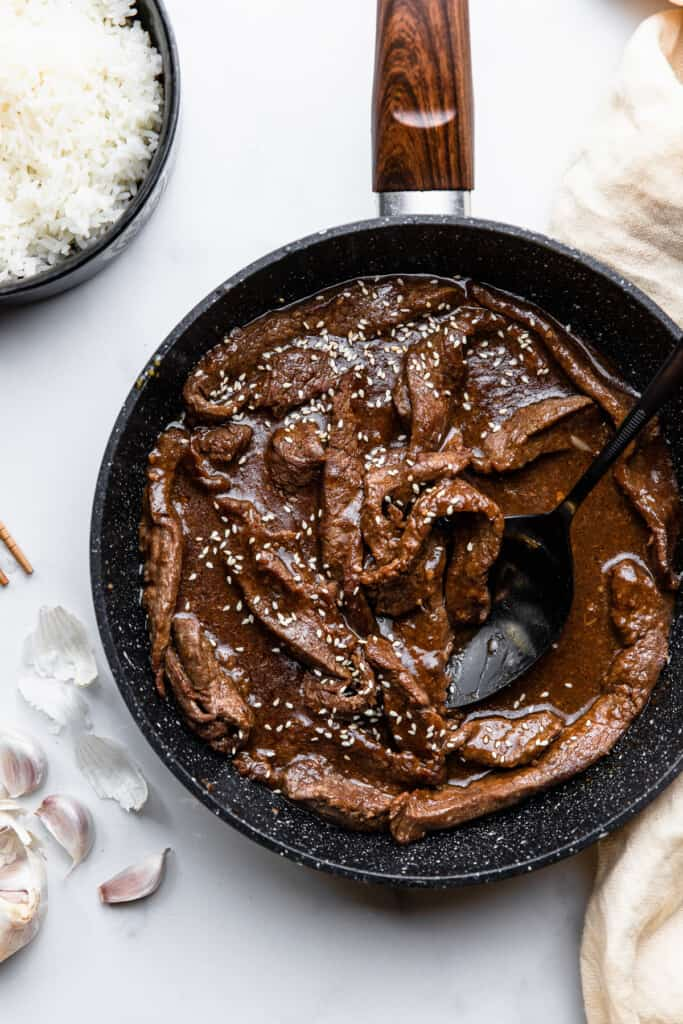 skillet full Beef with Garlic Sauce